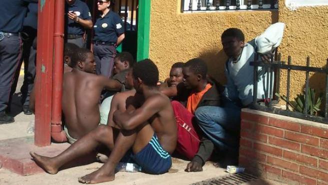 Un grupo de inmigrantes en el CETI de Melilla, tras un nuevo salto de la valla, en una imagen de archivo.