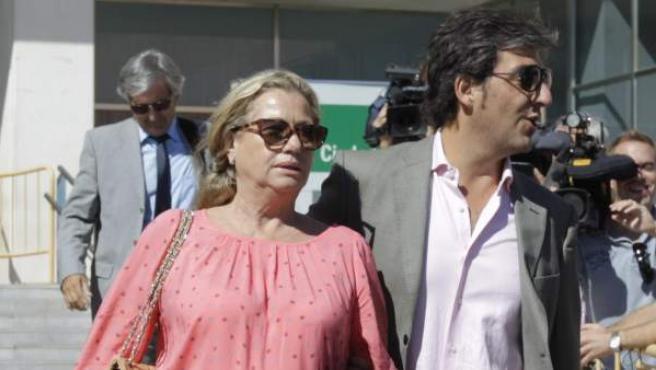 Maite Zaldívar, exesposa del que fue alcalde de Marbella Julián Muñoz, procesada junto a éste y la tonadillera Isabel Pantoja por presunto blanqueo de capitales, a la salida de la Audiencia de Málaga.