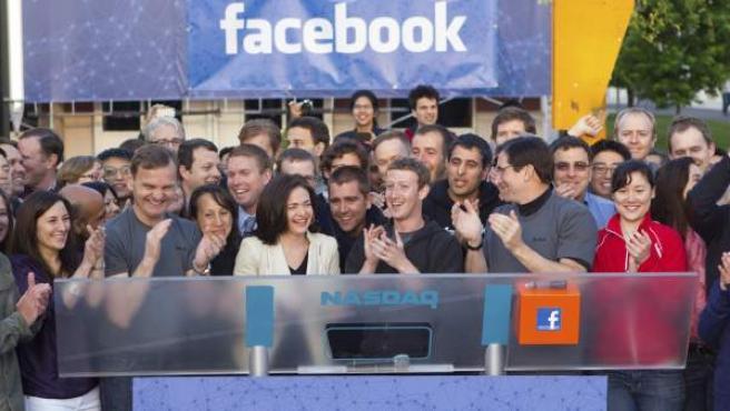 Mark Zuckerberg aplaude después de hacer sonar la campana que indica el inicio de la sesión en la sede del mercado Nasdaq en Nueva York.