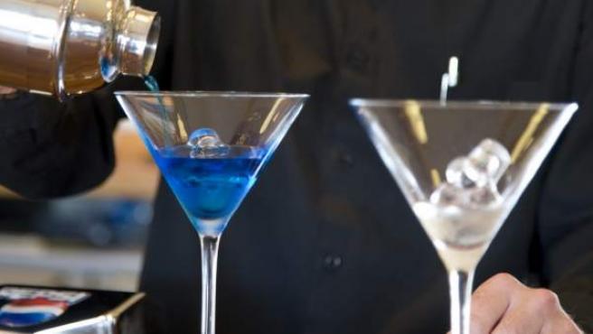 Un camarero prepara un cóctel en una imagen de archivo.
