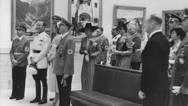 """Adolf Hitler, Josef Goebbels y el consul italiano Dino Alfieri visitan la """"Gran exposición de arte alemán"""". Julio de 1939."""