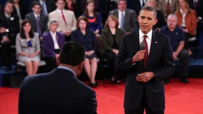 El presidente y candidato demócrata, Barack Obama (d), habla durante su segundo debate televisado con el candidato republicano, Mitt Romney, el martes 16 de octubre de 2012, en la Universidad Hofstra de Hempstead, Nueva York (EE UU).