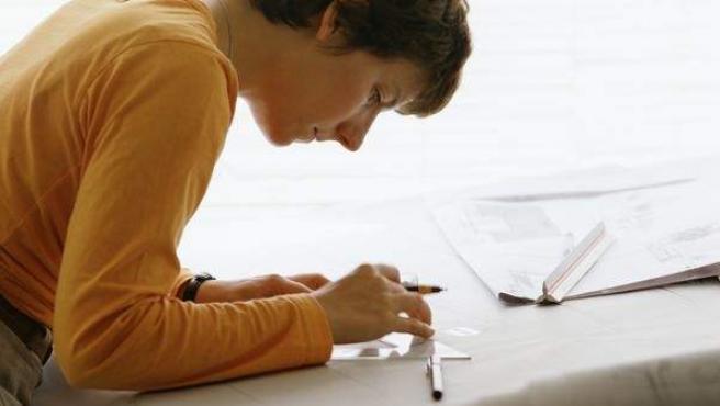 Una arquitecta dibuja sobre un plano.