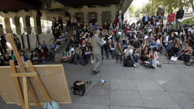 El profesor de Filología italiana de la Universidad Complutense Juan Varela ofrece, el 17 de octubre de 2012, una clase en la calle en Madrid, en el Paseo de la Castellana bajo el túnel de Juan Bravo, en protesta por los recortes.