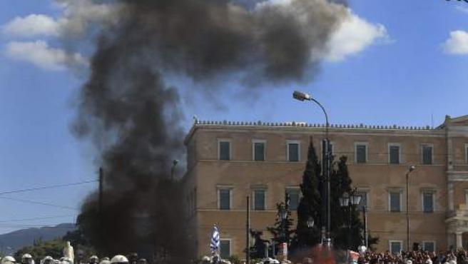 Policías antidisturbios se enfrentan a un grupo de manifestantes durante la protesta celebrada en el centro de Atenas (Grecia).