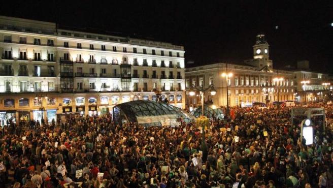 Miles de personas se concentran en la Puerta del Sol en contra de los recortes en Educación.