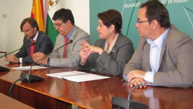 Diego Valderas, junto a la secretaria general de Consumo, Dolores Muñoz.