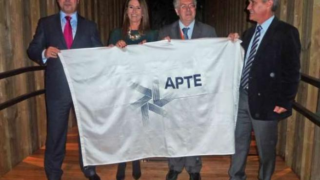 Traspaso de la bandera de la Conferencia Internacional de APTE a Gijón.