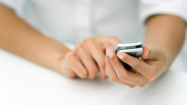 Una persona usa su teléfono móvil.