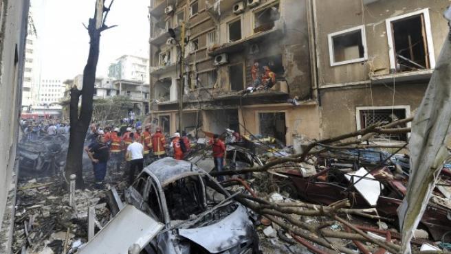 Bomberos libaneses, en una imagen de archivo, apagan el incendio en un edificio cercano al lugar donde ha explotado un coche, en la zona cristiana de Achrafiyeh, en Beirut.