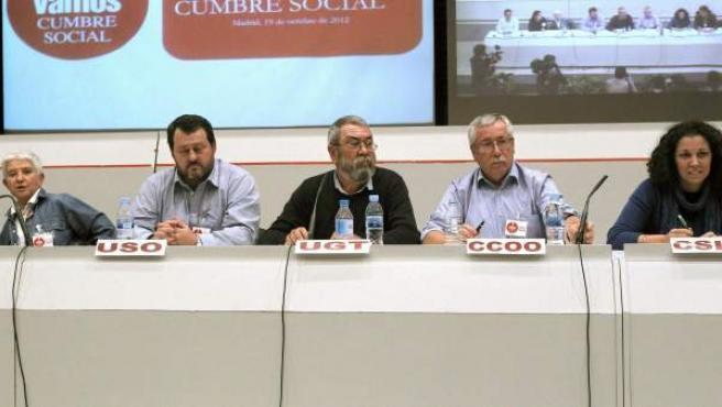 El secretario general de UGT, Cándido Méndez, y el de CC.OO, Ignacio Fernández Toxo, junto a los representantes de USO y CSI-F, durante la reunión de la Cumbre Social en Madrid para abordar la posibilidad de una convocatoria de huelga general.
