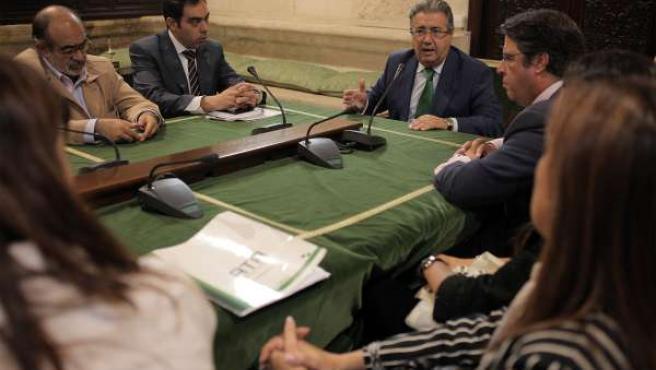 El alcalde de Sevilla Juan Ignacio Zoido reunido con asociaciones de autónomos