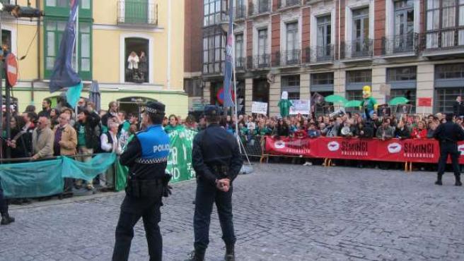 Concentración de protesta contra Wert ante las puertas de Calderón
