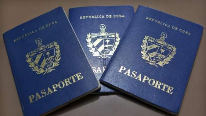 Vista de pasaportes cubanos en una oficina regional de la Dirección de Inmigración y Extranjería.