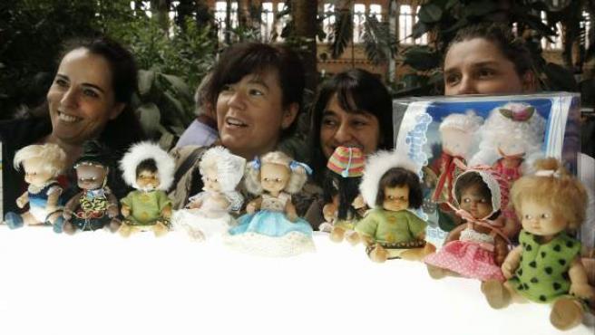 Coleccionistas y fans de la versión clásica de Barriguitas, la pequeña muñeca de Famosa, se dieron cita en el jardín Tropical de la madrileña Estación Puerta Atocha.