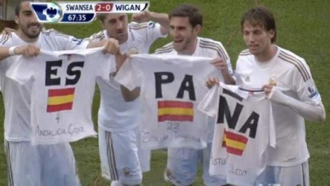 Chico, Pablo Hernández, Rangel y Michu con camisetas de España en la celebración de un gol.