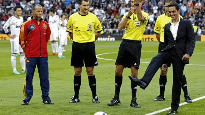 Alberto Contador durante el saque de honor en el Real Madrid - Celta.