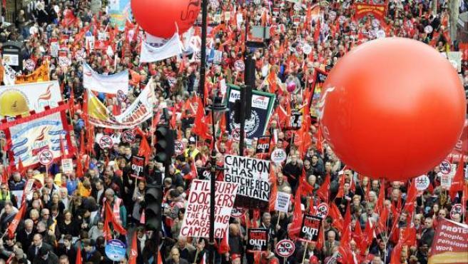 Una multitud de personas asiste a la manifestación convocada por la Confederación británica de sindicatos (TUC, siglas en inglés), en Londres (Reino Unido).
