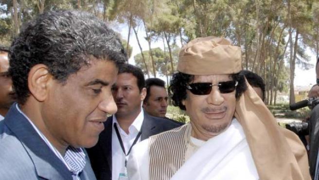 El dictador libio Muamar el Gadafi a la derecha, con su director de la inteligencia militar, Abdulá al Senusi.