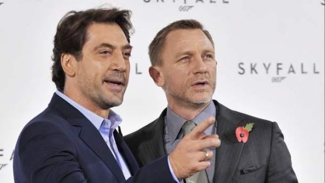 """El actor británico Daniel Craig posa con el español Javier Bardem en el pase gráfico de la película """"Skyfall""""."""