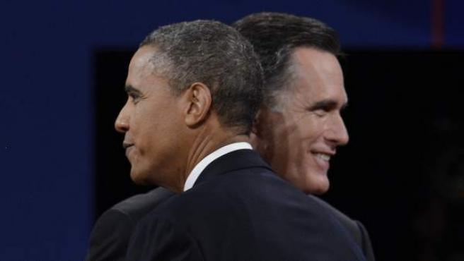 El aspirante republicano a la presidencia de EE UU, Mitt Romney (i), y el presidente y candidato a la reelección por el partido demócrata, Barack Obama (d), se saludan al terminar su tercer y último debate.
