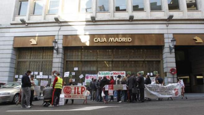 Un grupo de personas, ante la sede de Bankia en Madrid en protesta por los desahucios.