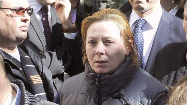 La madre de Almudena, la menor de trece años que murió el sábado víctima de los disparos presuntamente efectuados por Juan Carlos Alfaro, en su funeral.