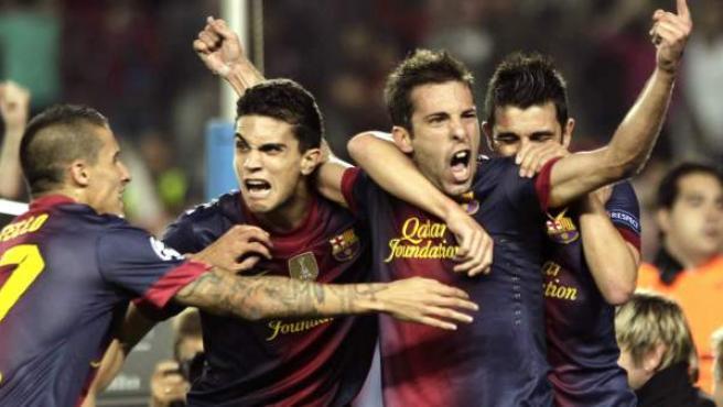 Jordi Alba celebra con sus compañeros su gol en el Barça - Celtic.