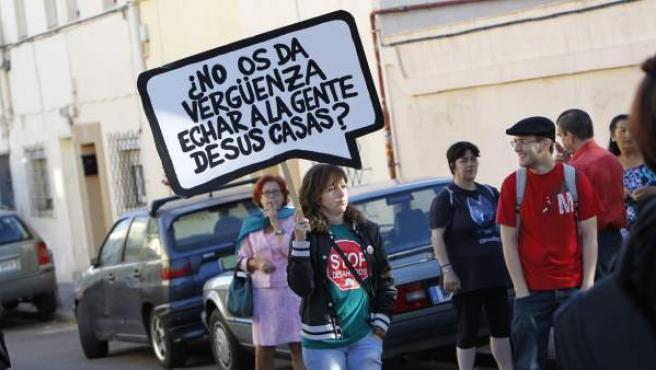 Una mujer protesta por los desahucios.