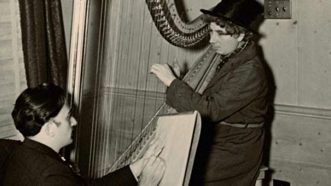Dalí retratando a Harpo Marx en 1937.
