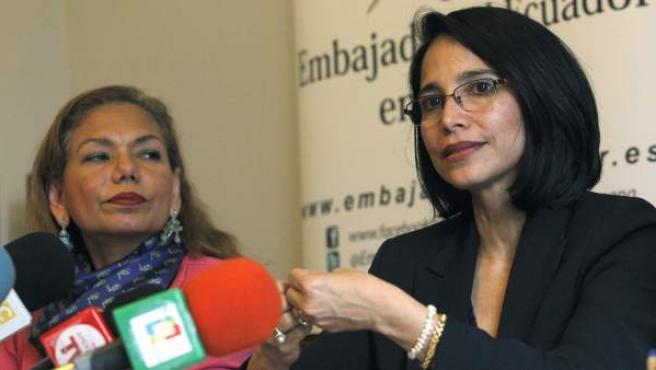 a ministra de Industria de Ecuador, Verónica Sión (d), acompañada de la embajadora de su país en España, Aminta Buenaño, durante la conferencia de prensa que ha ofrecido en Madrid.