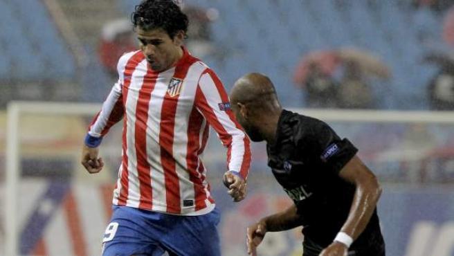 Diego Costa presionado por Edinho en el Atlético - Académica Coimbra.