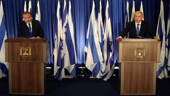 El primer ministro israelí, Benjamin Netanyahu (d), y el ministro de Exteriores, Avigdor Lieberman (d), anuncia que sus partidos el Likud y el Israel Beitenu se unirán para las elecciones de 2013.