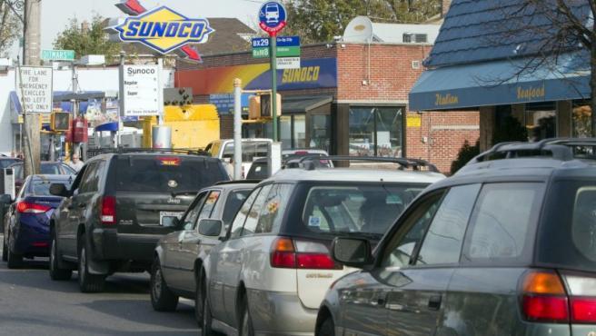 Vista de una fila de autos cerca de una gasolinera en City Island, Nueva York. A tres días del paso de Sandy, uno de los servicios más afectados es el reparto de gasolina: estaciones cerradas o largas filas parecen ser la orden del día, un problema que también afecta el vecino estado de Nueva Jersey.