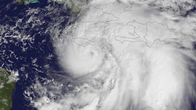 """Imagen de satélite facilitada por la Administración Nacional de Océanos y Atmósfera de Estados Unidos (NOAA, por su sigla en inglés) el miércoles, 24 de octubre de 2012, de la evolución de """"Sandy"""", la decimoctava tormenta de la temporada de huracanes en el Atlántico, que se transformó en el décimo huracán de la temporada y dejó al menos dos muertos en el Caribe."""