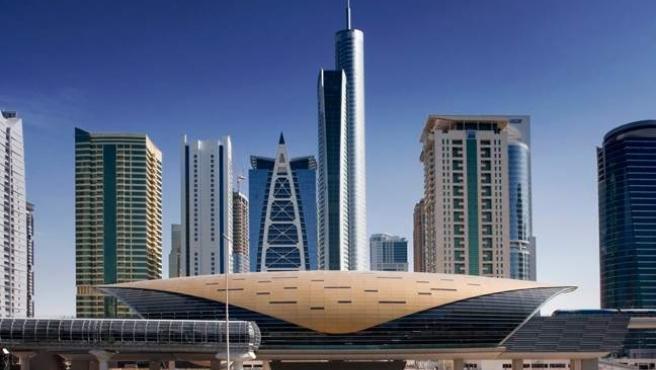La estación de metro de Dubái distribuye 100.000 viajeros al día por un bullicioso enjambre de viviendas y centros de negocios y comerciales.