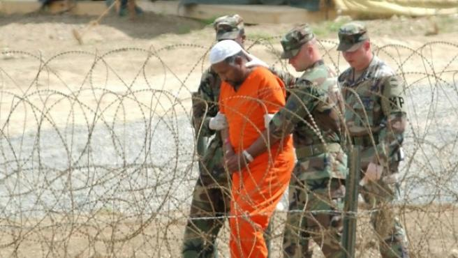 Un detenido en Guantánamo tras ser interrogado por oficiales del Ejército de EE UU en febrero de 2002.