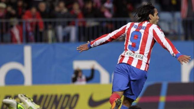El delantero colombiano del Atlético de Madrid, Radamel Falcao, celebra un gol ante Osasuna.