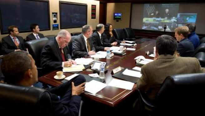 El presidente de EE UU, Barack Obama (de espaldas, esquina inferior izquierda), recibe información este lunes sobre el avance del Huracán Sandy, en la Casa Blanca.