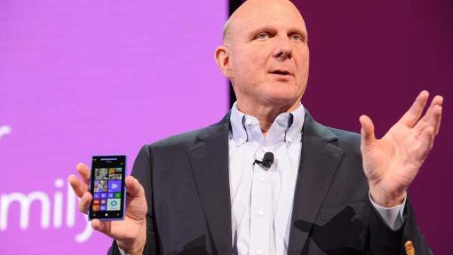 El director ejecutivo de Microsoft, Steve Ballmer, presenta el sistema operativo móvil Windows Phone 8.