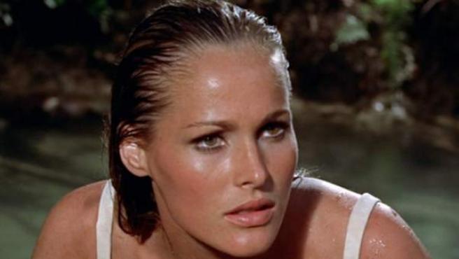 La actriz Ursula Andress, una de las chicas Bond más inolvidables, en la película '007 contra el Dr. No'.