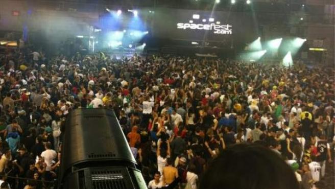 Foto cedida por la tuitera @Espejo_Magico del cierre de la fiesta de Halloween celebrada en Madrid Arena, donde se ha registrado una avalancha que ha causado la muerte de cuatro jóvenes por aplastamiento y otra chica permanece ingresada en estado crítico.