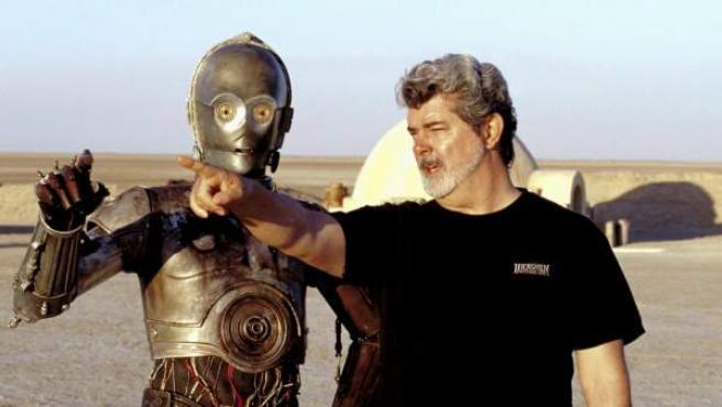 George Lucas junto a C3PO en el rodaje de 'La amenaza fantasma'.