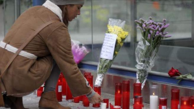 Velas y flores en la estación de metro de La Alameda de Osuna en memoria de Cristina Arce de la Fuente y Rocio Oña Pineda, dos de las cuatro jóvenes fallecidas tras una avalancha humana en el recinto Madrid Arena.