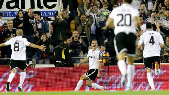 Los jugadores del Valencia celebran un gol de Soldado ante el Atlético.