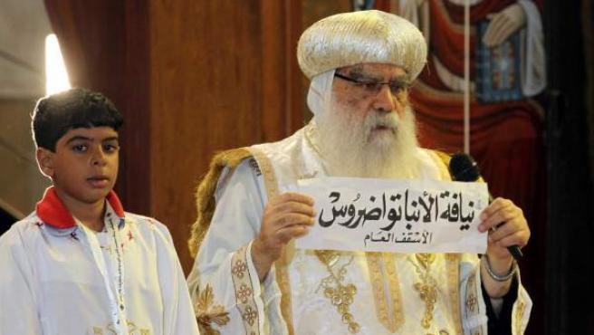 Momento en el que se ha desplegado la papeleta con el nombre de Tauadros, elegido nuevo papa de la Iglesia copta.