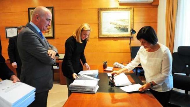 La consejera de Economía registra los Presupuestos de 2013 en el Parlamento