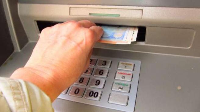 Sacando Dinero De Un Cajero