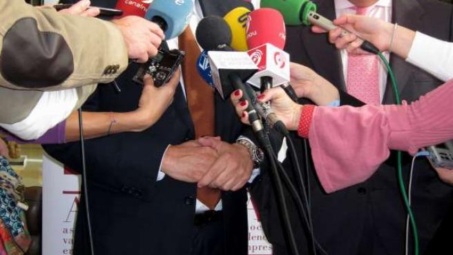 Vela Y Boluda Atienden A Los Medios Antes Del Almuerzo De Trabajo De AVE.