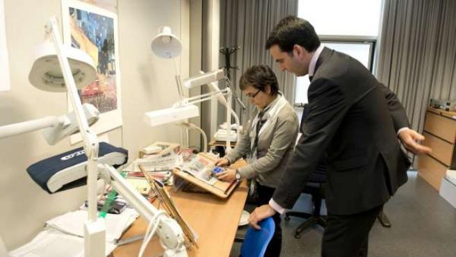 El consejero Alli durante su visita a la delegación de la ONCE en Navarra